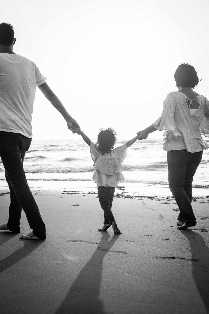 Familienfoto bei Sonnenuntergang am Strand