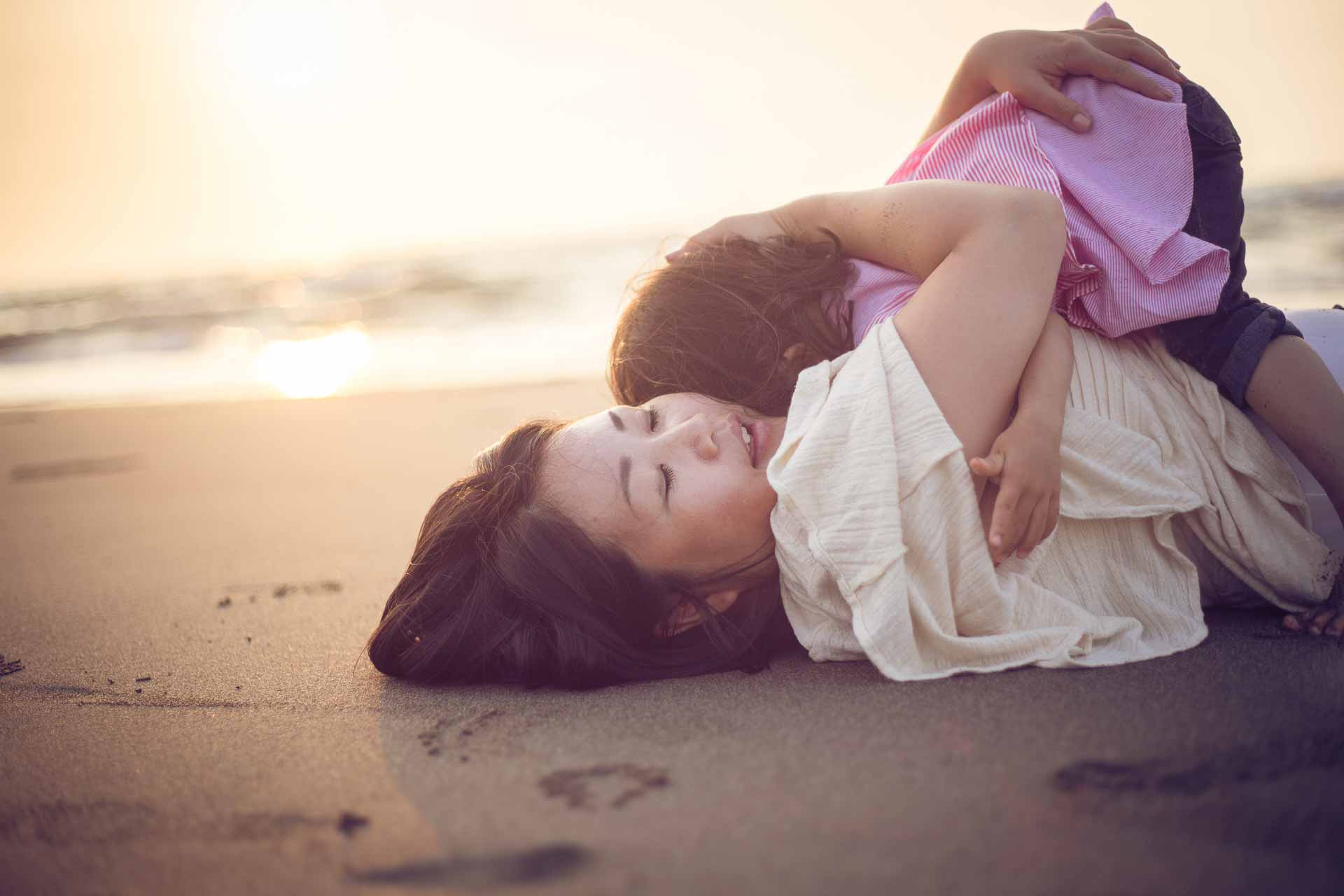 Mama & Tochter am Strand | Kinderfotos