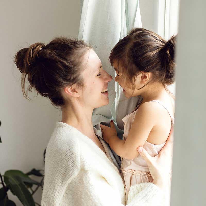 Fotografin Magdalin lachend mit Tochter